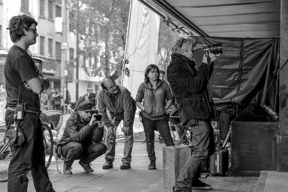 Alfonso Cuarón et d'autres membres de l'équipe techniques sur le tournage de Roma - 2018 ©DR