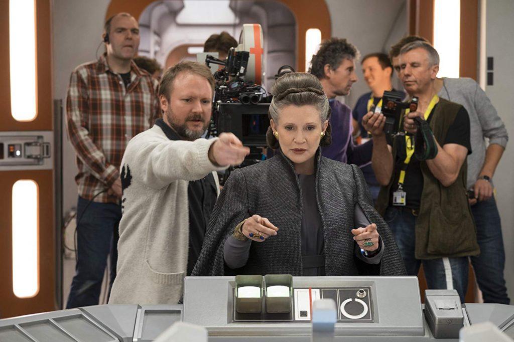 Rian Johnson, Carrie Fisher et des membres de l'équipe technique - Photo de David James © 2017 Lucasfilm Ltd. All Rights Reserved.